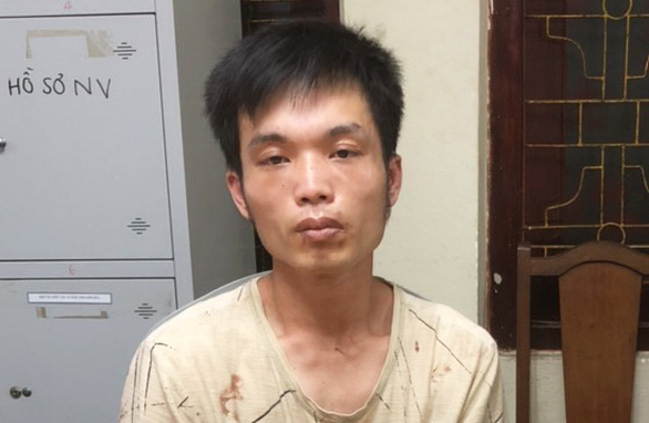 Công an và người dân bắt được nghi phạm dùng dao đâm, chém tài xế taxi - Ảnh 1.