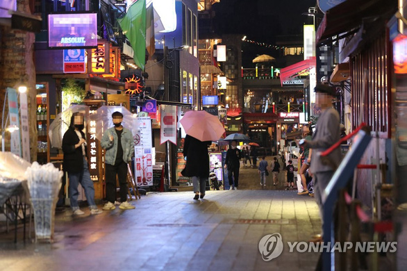 Seoul lại đóng cửa các quán bar, truy dấu 1.500 ca F1 - Ảnh 1.