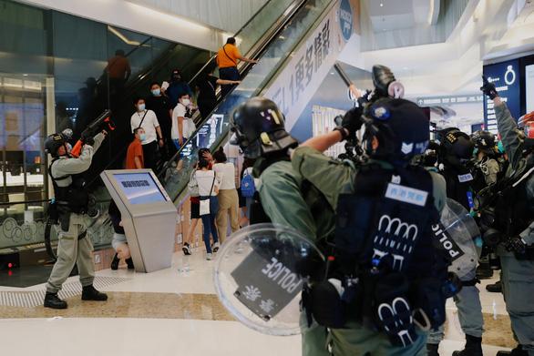 Cảnh sát Hong Kong bắt 230 người biểu tình giữa dịch COVID-19 - Ảnh 2.