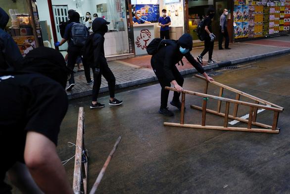 Cảnh sát Hong Kong bắt 230 người biểu tình giữa dịch COVID-19 - Ảnh 3.