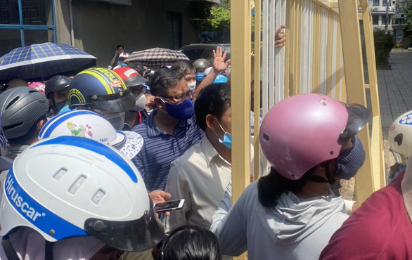 Rối loạn trước cổng trường vì học sinh ra về kiểu nhỏ giọt - Ảnh 1.