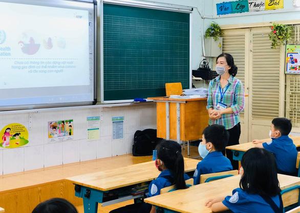 Học sinh tiểu học TP.HCM ngồi so le trong ngày trở lại trường - Ảnh 4.