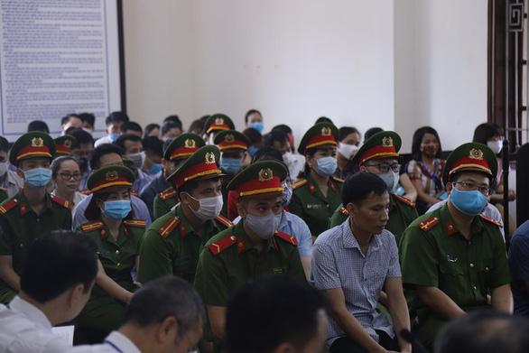 15 bị cáo hầu tòa trong vụ gian lận thi cử tại Hòa Bình - Ảnh 3.