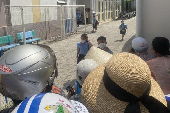Rối loạn trước cổng trường vì học sinh ra về kiểu nhỏ giọt - Ảnh 5.