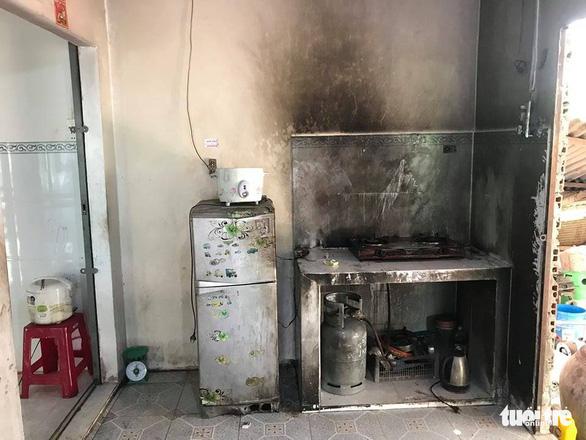 Con nấu ăn, cha mở nắp can xăng: 2 người chết, 1 bị thương nặng - Ảnh 1.