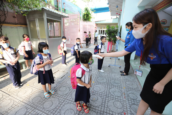 Học sinh tiểu học TP.HCM ngồi so le trong ngày trở lại trường - Ảnh 2.