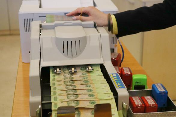 Lãi suất ngân hàng tiếp tục giảm nhờ huy động vốn tăng - Ảnh 1.