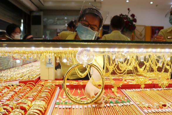 Giá vàng thế giới tiến gần mốc 50 triệu đồng/lượng - Ảnh 1.