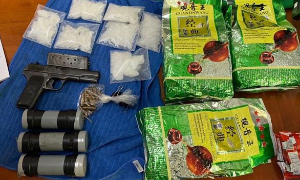 Phá đường dây ma túy từ Campuchia về TP.HCM, thu cả súng đạn, mìn tự chế - Ảnh 1.