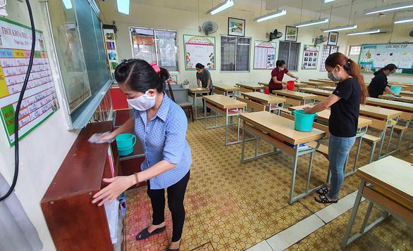 Học sinh tiểu học trở lại trường: Vẫn giãn cách dù không bắt buộc - Ảnh 1.