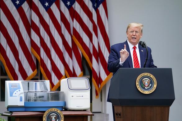 Ông Trump lệnh các quỹ hưu trí liên bang không đầu tư vào công ty Trung Quốc - Ảnh 1.
