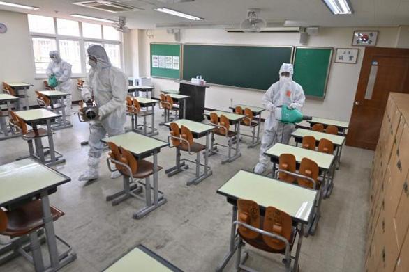 Lo sợ làn sóng COVID-19 mới, Hàn Quốc hoãn mở cửa trường học - Ảnh 1.