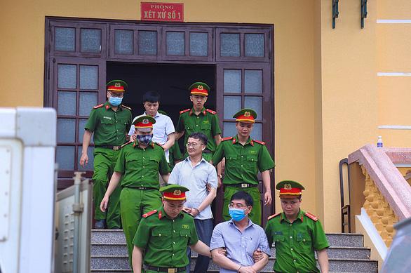 Nhóm giám khảo tố bị ép chấm nâng điểm, ký khống bài thi vụ gian lận điểm ở Hòa Bình - Ảnh 1.