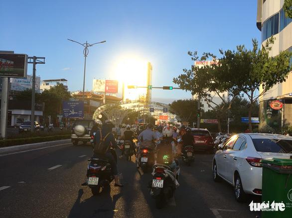 Đà Nẵng yêu cầu xử lý hai tòa nhà ốp kính phản quang trong tháng 5 - Ảnh 1.
