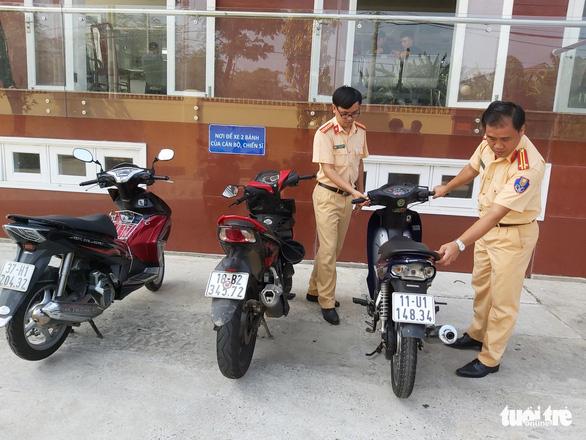 'Quái xế' bốc đầu xe trên phố Đà Nẵng, đồng bọn quay clip tung lên mạng - Ảnh 1.