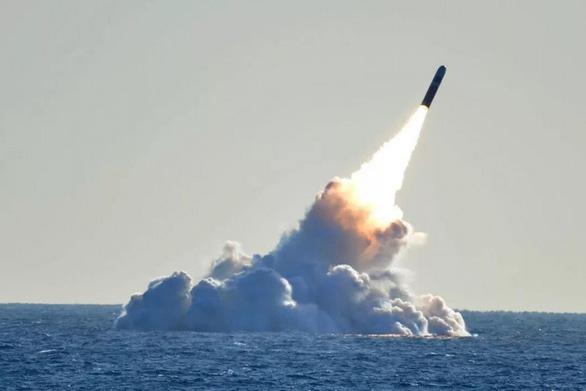 Trung Quốc phát triển tên lửa đạn đạo từ tàu ngầm, tầm bắn 12.000km - Ảnh 1.