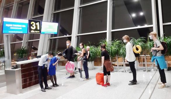 Bamboo Airways đưa công dân Anh và EU hồi hương trên chặng Hà Nội - London - Ảnh 1.