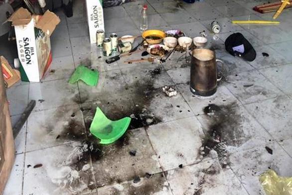 Tạm giữ 7 người ném bom xăng khiến 4 người bị bỏng nặng - Ảnh 1.