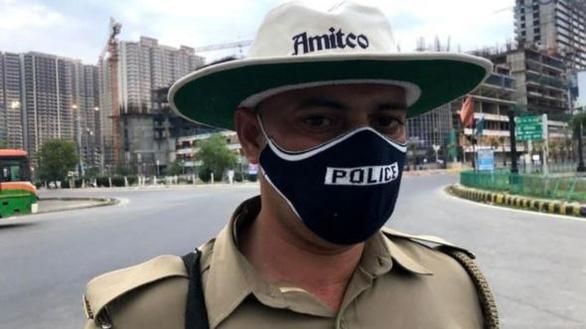Những cảnh sát đầy tớ của nhân dân ở Ấn Độ trong dịch COVID-19 - Ảnh 2.