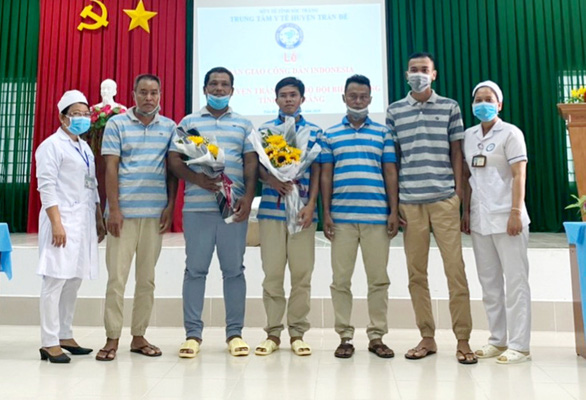 Bàn giao 5 thủy thủ Indonesia bị nạn trên biển Sóc Trăng - Ảnh 1.