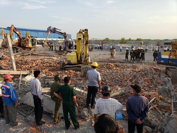10 người chết do sập tường đang xây ở Đồng Nai - Ảnh 8.
