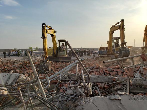 10 người chết, nhiều người bị chôn vùi do sập tường đang xây ở Đồng Nai - Ảnh 5.