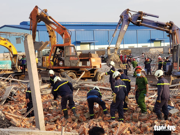 10 người chết do sập tường đang xây ở Đồng Nai - Ảnh 9.