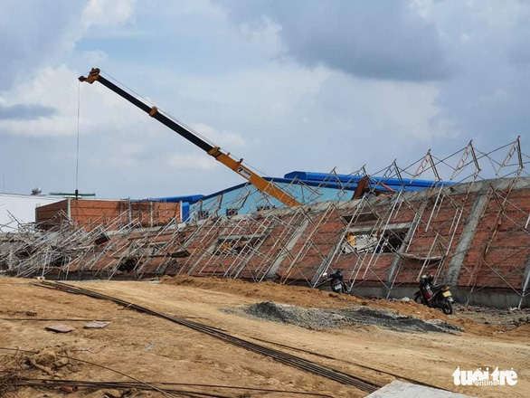 10 người chết, nhiều người bị chôn vùi do sập tường đang xây ở Đồng Nai - Ảnh 1.