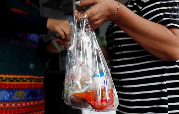 Lo chống COVID-19, mỗi ngày con người thải thêm hàng ngàn tấn rác nhựa - Ảnh 1.