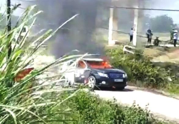 Búi rơm phơi hại xe chở đoàn Sở Xây dựng Thanh Hóa cháy rụi giữa đường - Ảnh 1.