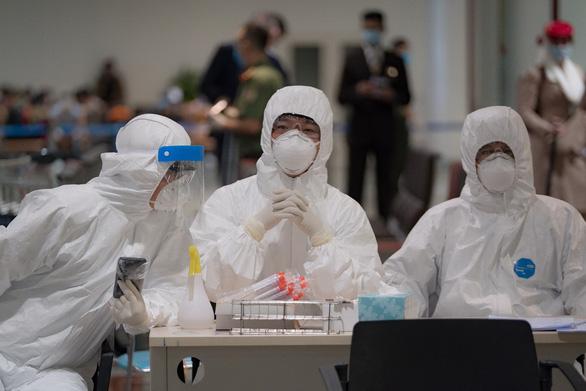Thêm 1 chuyên gia người Nga mắc COVID-19, Việt Nam có 384 ca - Ảnh 1.