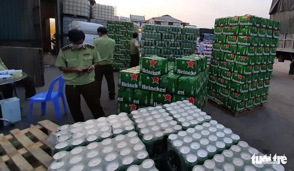 Phát hiện kho hàng chứa bia và sữa ngoại nhập không hóa đơn chứng từ - Ảnh 3.