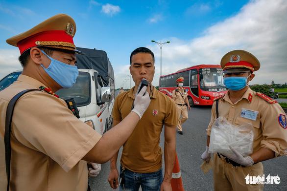 Ngày đầu CSGT kiểm tra xe dù không có dấu hiệu vi phạm ở TP.HCM, Hà Nội - Ảnh 9.