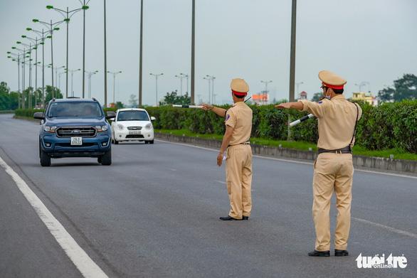 Ngày đầu CSGT kiểm tra xe dù không có dấu hiệu vi phạm ở TP.HCM, Hà Nội - Ảnh 1.