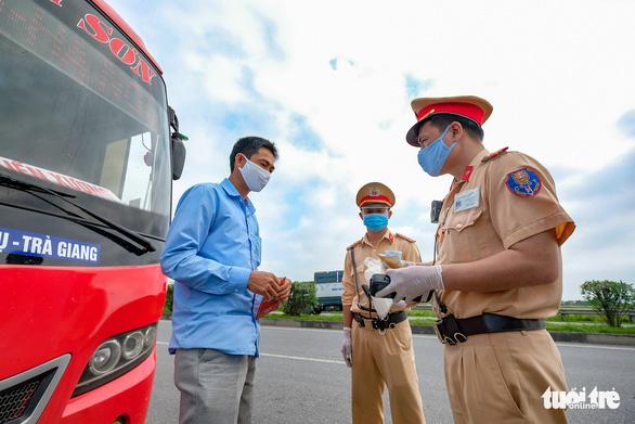 Ngày đầu CSGT kiểm tra xe dù không có dấu hiệu vi phạm ở TP.HCM, Hà Nội - Ảnh 8.