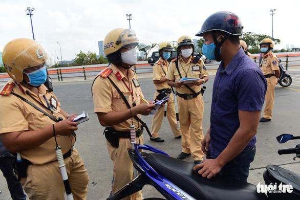 Ngày đầu CSGT kiểm tra xe dù không có dấu hiệu vi phạm ở TP.HCM, Hà Nội - Ảnh 10.