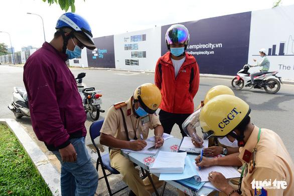 Ngày đầu CSGT kiểm tra xe dù không có dấu hiệu vi phạm ở TP.HCM, Hà Nội - Ảnh 11.