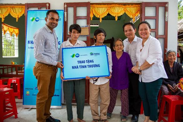 Trao nhà tình thương và công trình vệ sinh nước sạch tại tỉnh Tiền Giang - Ảnh 1.