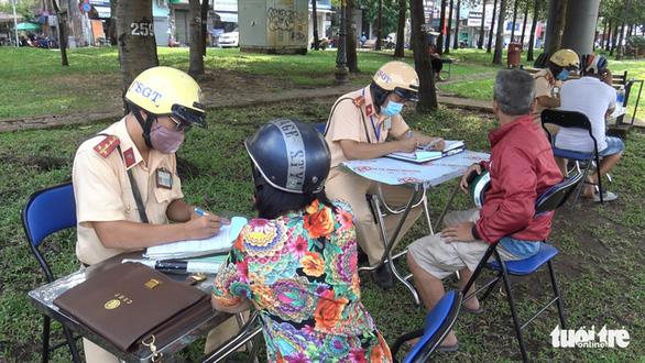 Ngày đầu CSGT kiểm tra xe dù không có dấu hiệu vi phạm ở TP.HCM, Hà Nội - Ảnh 12.
