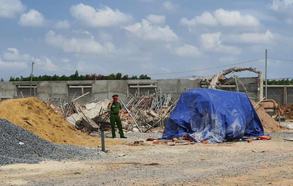 Tạm giữ hình sự 3 người trong vụ sập tường ở Đồng Nai, 10 người chết - Ảnh 1.