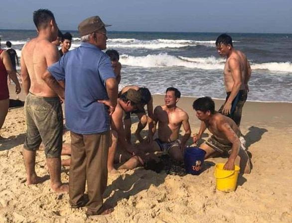Uống bia xong tắm biển gặp nạn bơi cứu nhau, 1 người bị sóng cuốn chết đuối - Ảnh 1.