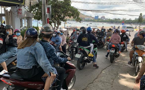 Du khách đổ về Vũng Tàu, đường lên núi Nhỏ tắc nghẽn - Ảnh 3.