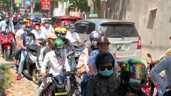 Du khách đổ về Vũng Tàu, đường lên núi Nhỏ tắc nghẽn - Ảnh 1.