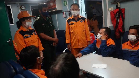 Tàu cá chìm ngoài khơi Thừa Thiên Huế trong đêm, 7 ngư dân Đà Nẵng được cứu - Ảnh 1.