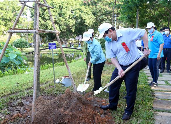 Lãnh đạo TP.HCM trồng cây, phát động Tết trồng cây đời đời nhớ ơn Bác Hồ - Ảnh 4.