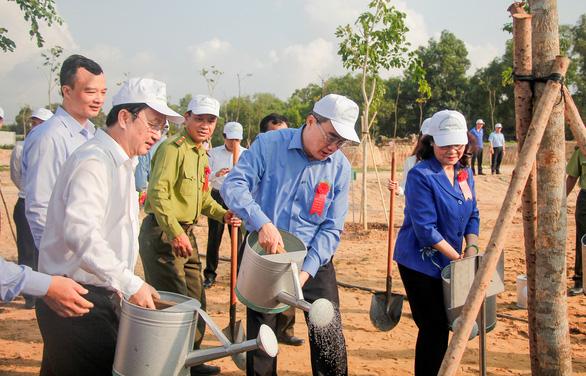 Lãnh đạo TP.HCM trồng cây, phát động Tết trồng cây đời đời nhớ ơn Bác Hồ - Ảnh 3.