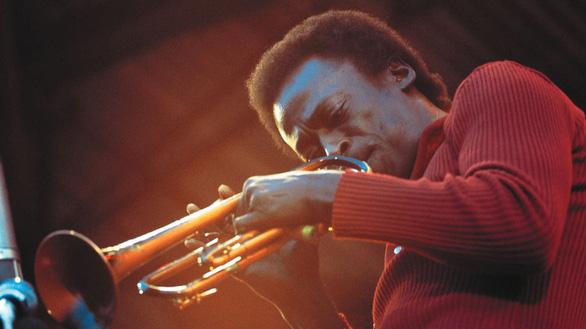 Bức chân dung về huyền thoại Miles Davis - Ảnh 1.
