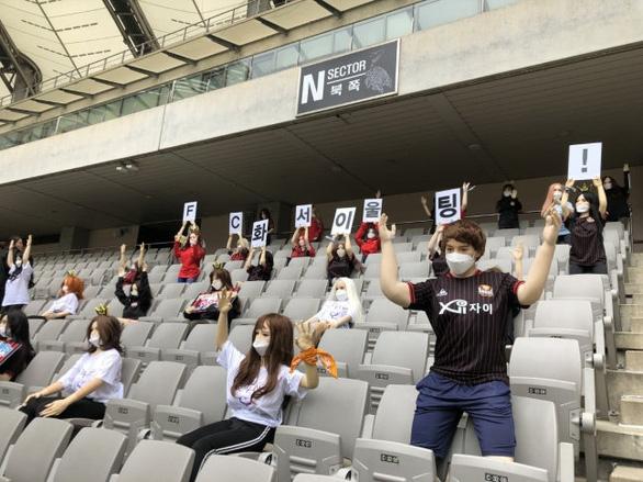 Chùm ảnh K-League sử dụng Búp bê bơm hơi để khán đài không...quá lạnh  - Ảnh 1.