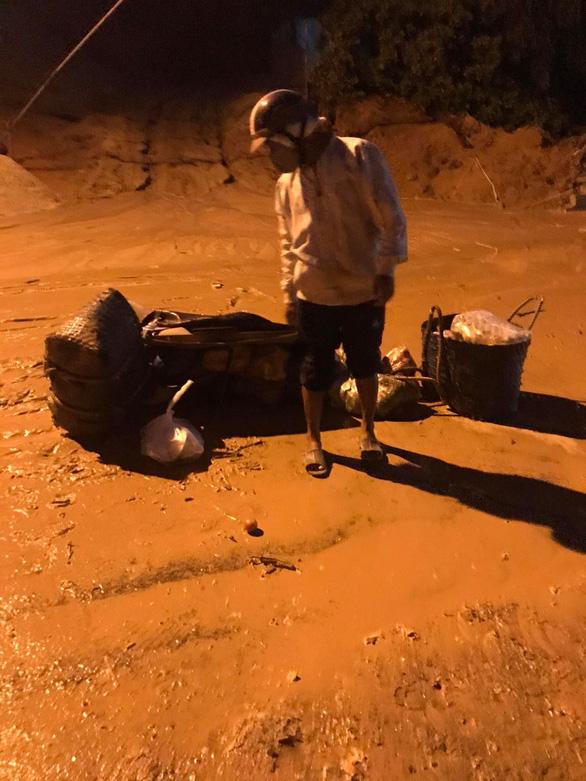 Bình Thuận: Mưa đầu mùa khiến cát đỏ trôi như lũ trên tuyến đường đang thi công - Ảnh 2.