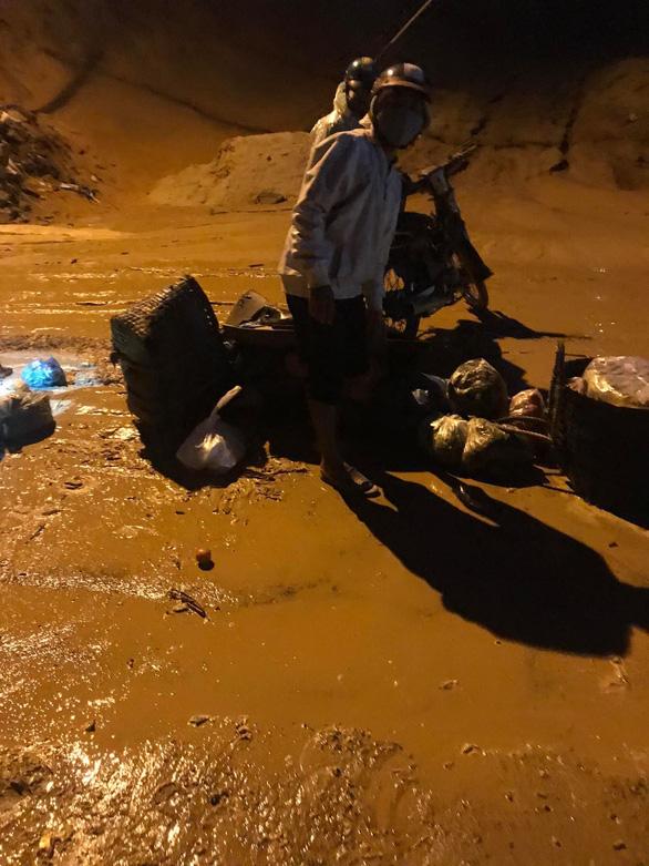Bình Thuận: Mưa đầu mùa khiến cát đỏ trôi như lũ trên tuyến đường đang thi công - Ảnh 1.